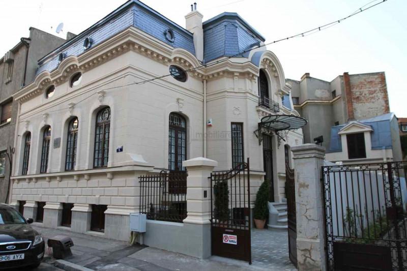 Vila monument in Piata Victoriei, renovata pentru birouri, 14 camere, 400 mp