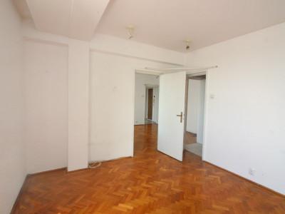Universitate/ Spital Coltea, apartament 3 camere, etaj 9/9+pod, boxa, bloc 1972